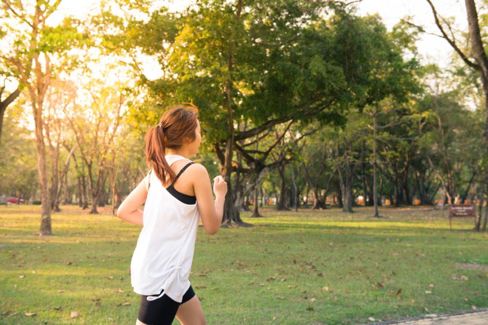 Frau beim Laufen aktiviert den Stoffwechsel