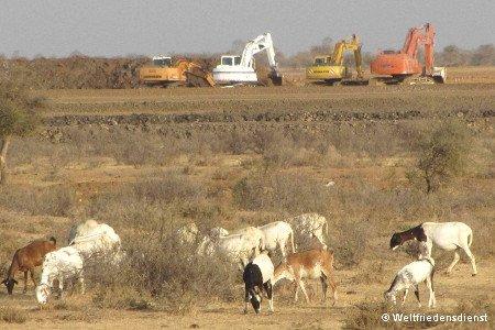Bagger graben nach Wasser in der Wüste