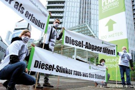 Demonstranten mit Spruchbannern gegen Dieselabgase