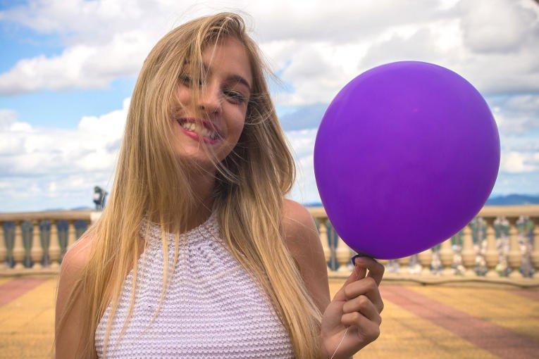 frau mit luftballon in der hand