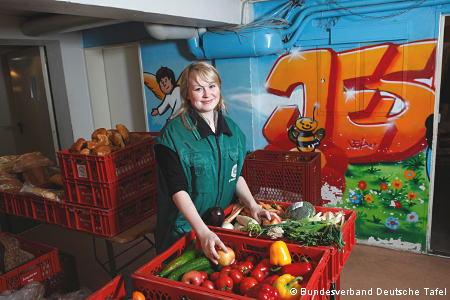 Junge Helferin vor Lebensmittelkisten