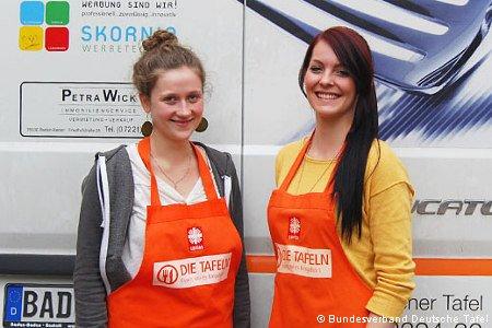 Junge Helferinnen vor Lieferauto