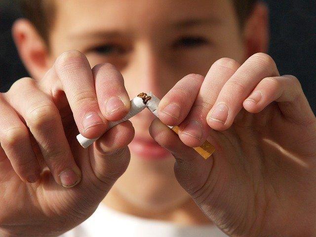 junge bricht zigarette auseinander