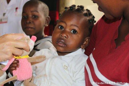 Mutter mit Kind im Arm und Spielzeug